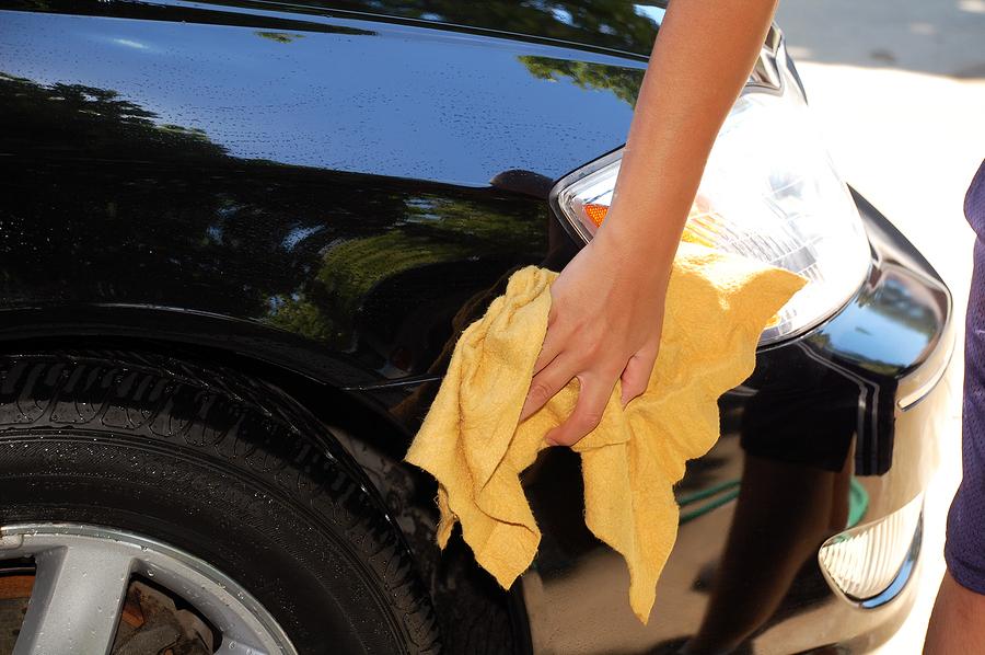 Lackpflege: Kratzer im Autolack entfernen